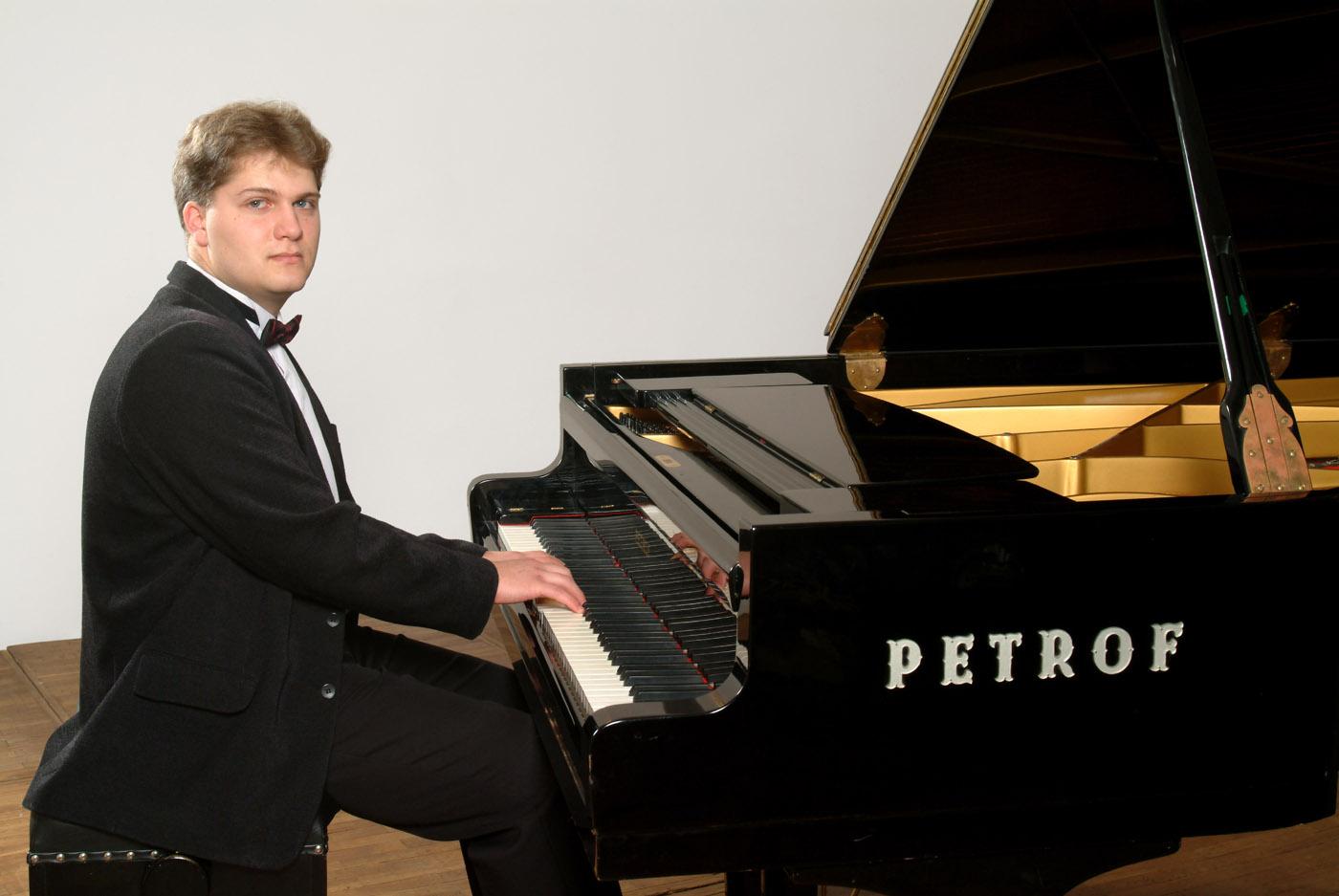Datovania ženský pianista